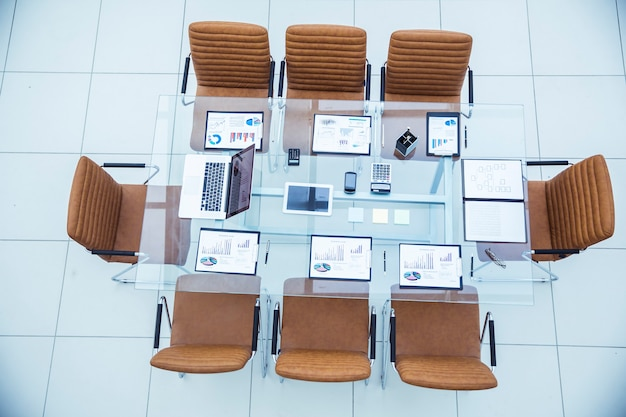 평면도 - 현대적인 회의실에서 비즈니스 미팅 비즈니스 파트너를 위한 책상. 사진은 텍스트의 빈 공간입니다. 프리미엄 사진