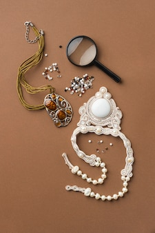 Vista dall'alto degli elementi essenziali per lavorare le perle con la lente d'ingrandimento