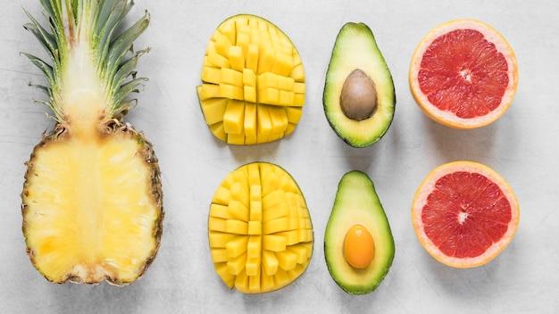 Вид сверху экзотических и свежих фруктов, готовых к употреблению