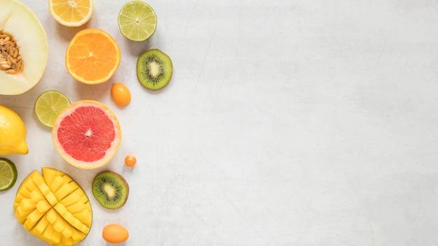 Вид сверху экзотических и свежих фруктов с копией пространства