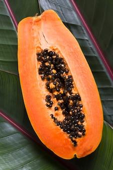 Вид сверху экзотических фруктов папайи, готовых к употреблению