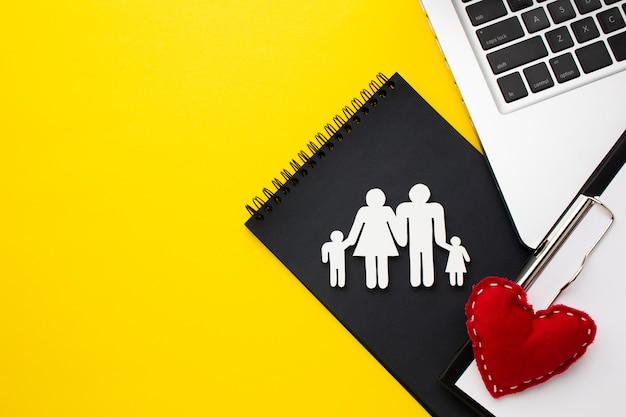 Вид сверху семейная фигура с концепцией сердца