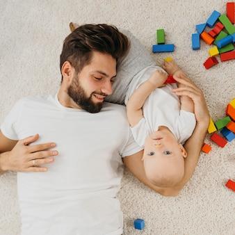 Vista dall'alto di padre e bambino a casa