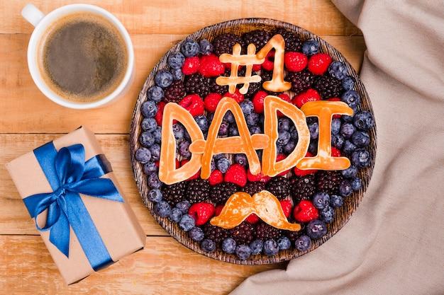 Вид сверху на день отца десерт с подарком