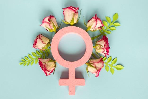 Vista dall'alto del simbolo femminile circondato da fiori per la festa della donna