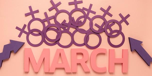 Vista dall'alto di simboli femminili con marzo per la festa della donna