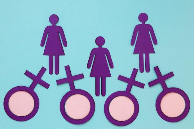 Vista dall'alto di simboli femminili con donne di carta per la festa della donna