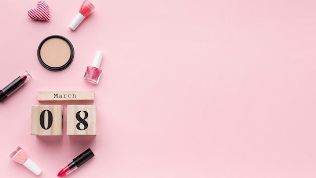 コピースペースとピンクの背景のトップビュー女性要素