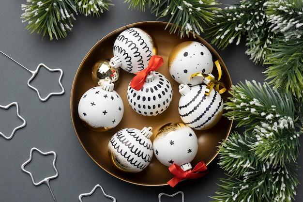 木の飾りとトップビューのお祝いの新年のアレンジメント