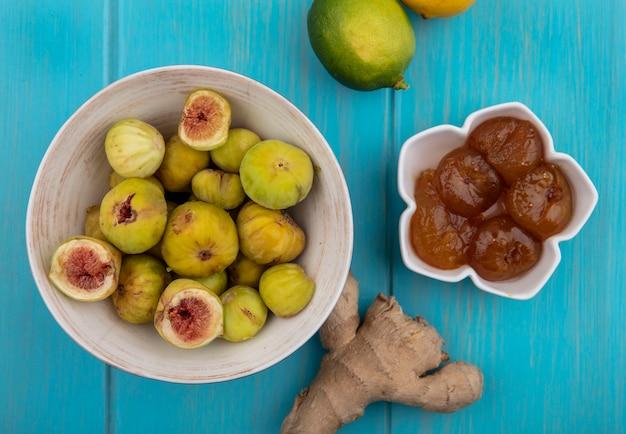 Vista dall'alto fico in una ciotola con marmellata e limone lime e zenzero su sfondo turchese
