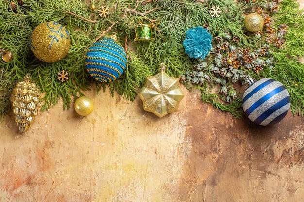 Vista dall'alto rami di abete ornamenti per alberi di natale su sfondo beige