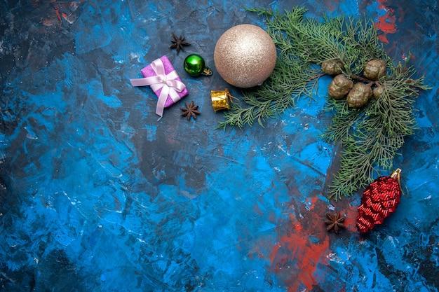 파란색 배경에 상위 뷰 전나무 나뭇가지 콘 크리스마스 트리 장난감