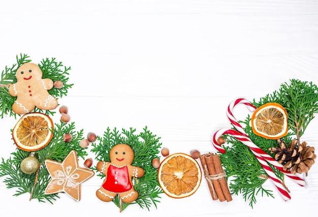 上面図モミの木の枝、乾燥したオレンジ色のリング、クッキー