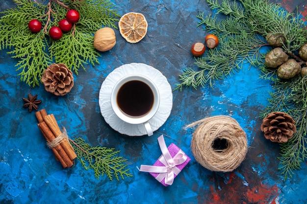 上面図モミの木の枝モミの木の枝の円錐形の青い背景のクリスマスツリーのおもちゃ