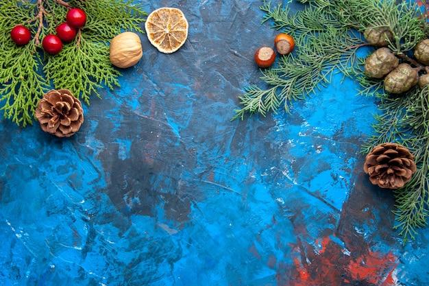 상위 뷰 전나무 나뭇가지 전나무 나뭇가지 콘 파란색 배경에 크리스마스 트리 장난감