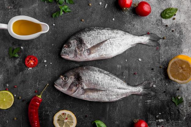 トップビューの魚と食材