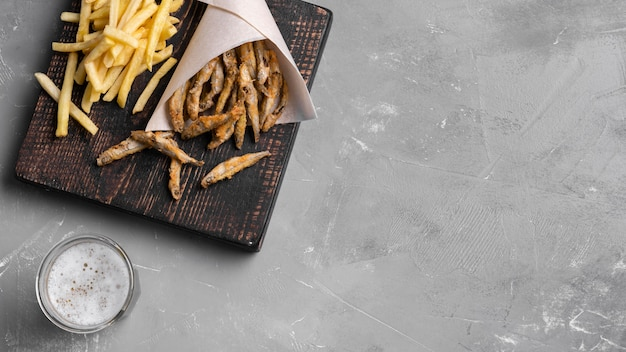 Vista dall'alto del concetto di pesce e patatine fritte con lo spazio della copia