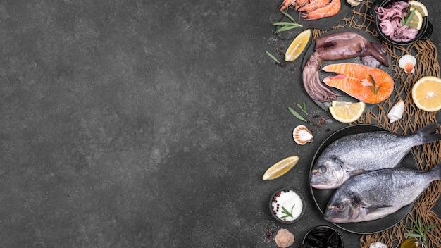 Vista dall'alto pesce e ingredienti copia spazio
