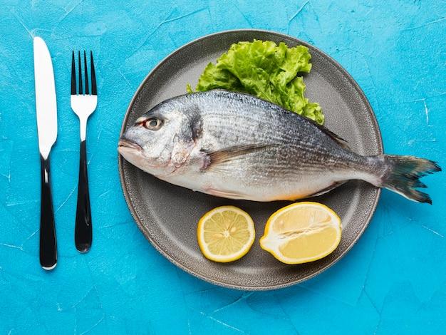 プレートにレモンとトップビューの魚