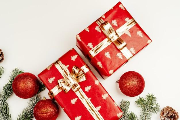 흰색 배경에 빨간 크리스마스 선물의 평면도 평면도