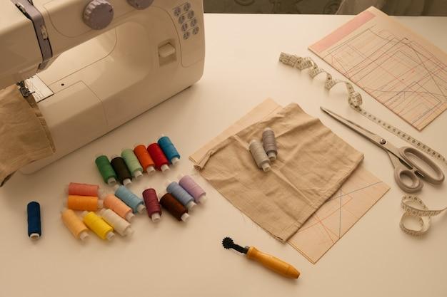 上面図フラットレイミシン用品、ミシン、パターン、糸のある静物
