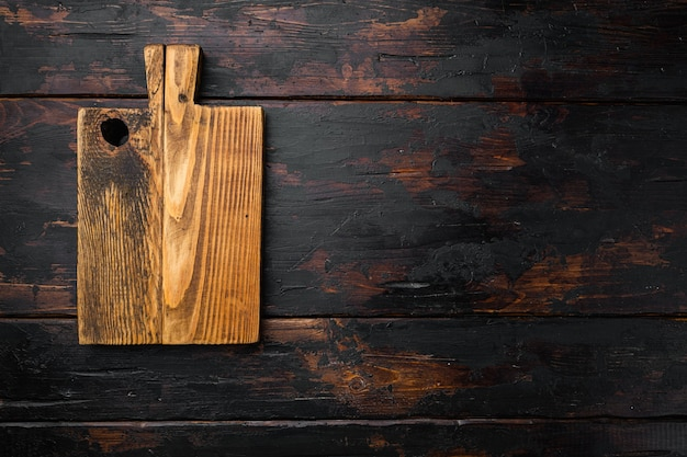 , вид сверху плоская планировка, с копией пространства для текста или еды, на фоне старого темного деревянного стола
