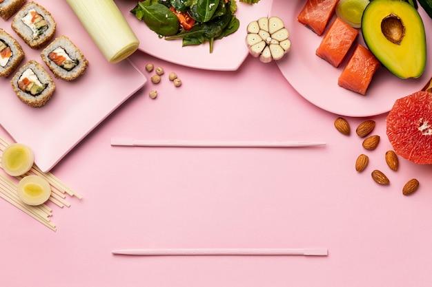 Вид сверху флекситарной диеты с рыбой и фруктами
