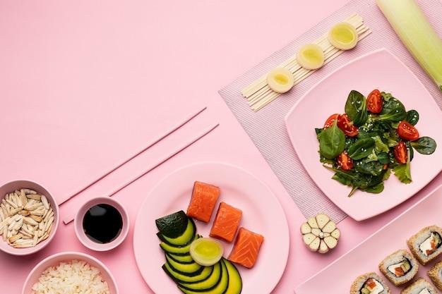 サラダ付きのトップビュー準菜食主義