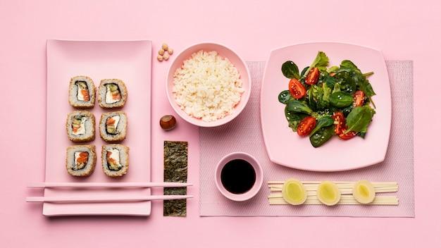 Вид сверху флекситарной диеты с суши и салатом