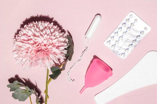 Вид сверху цветок и вещи, связанные с периодом