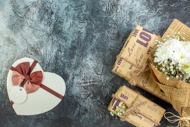 상위 뷰 꽃 꽃다발 선물 어두운 배경 복사 장소에 심장 모양의 상자