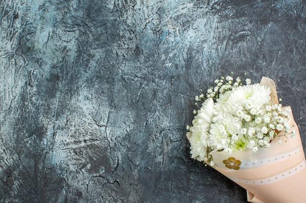 コピースペースと暗い背景の上のビューの花の花束