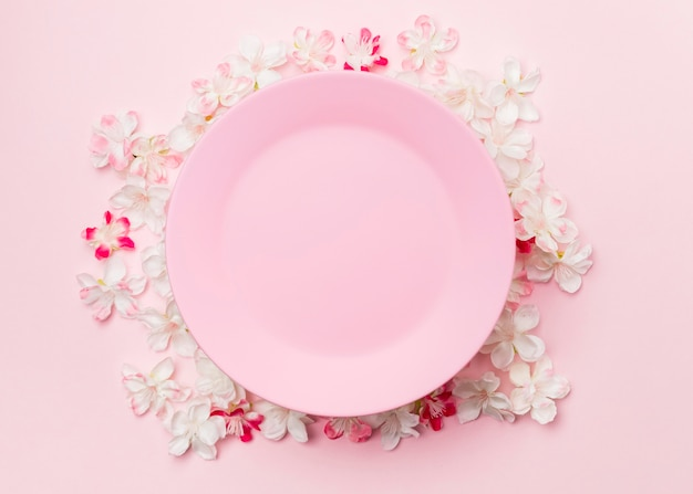 상위 뷰 꽃과 분홍색 접시