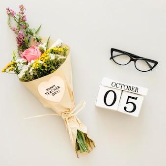 Вид сверху букет цветов и очки