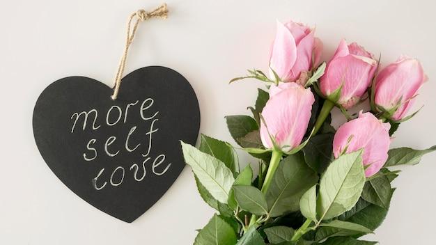 Вид сверху букет цветов с сообщением