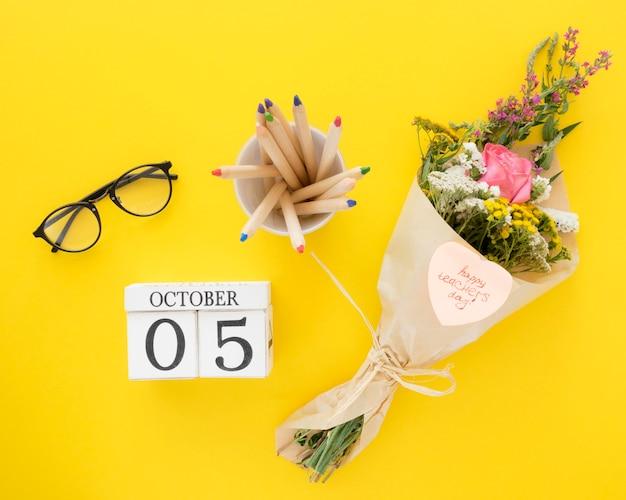 Вид сверху цветы на желтом фоне