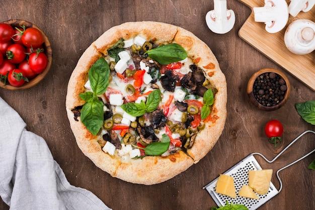 Вид сверху на пушистую пиццу с грибами