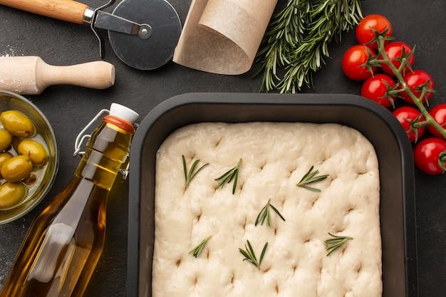 Pasta focaccia vista dall'alto con erbe aromatiche Foto Gratuite