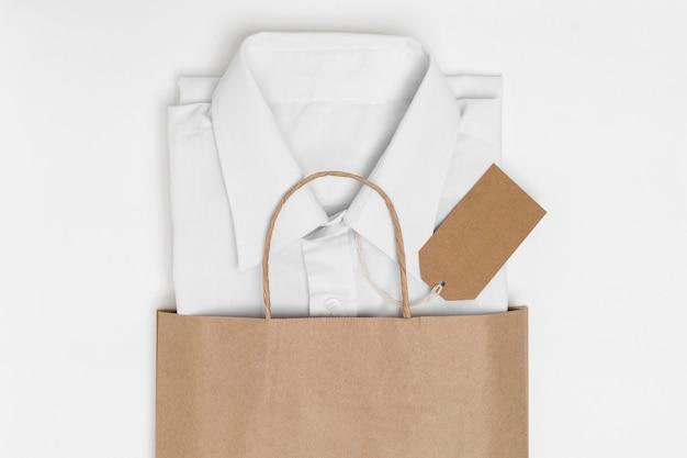 Vista dall'alto camicia piegata e etichetta riciclabile in una borsa