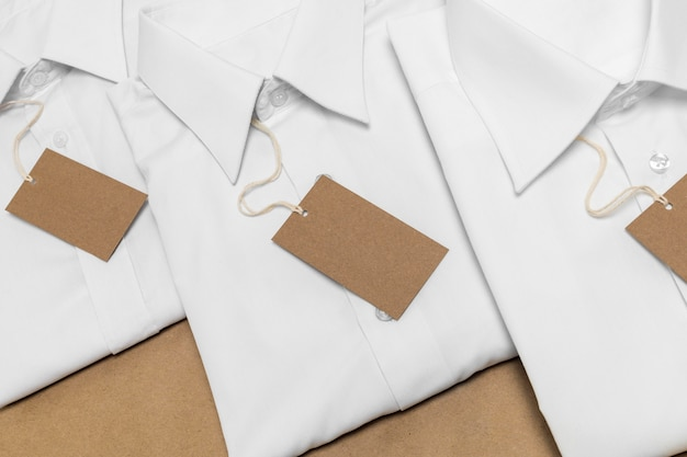 빈 골 판지 태그 배치와 상위 뷰 접힌 셔츠
