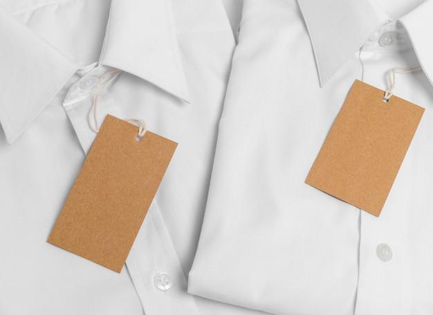 빈 골 판지 태그와 상위 뷰 접힌 셔츠