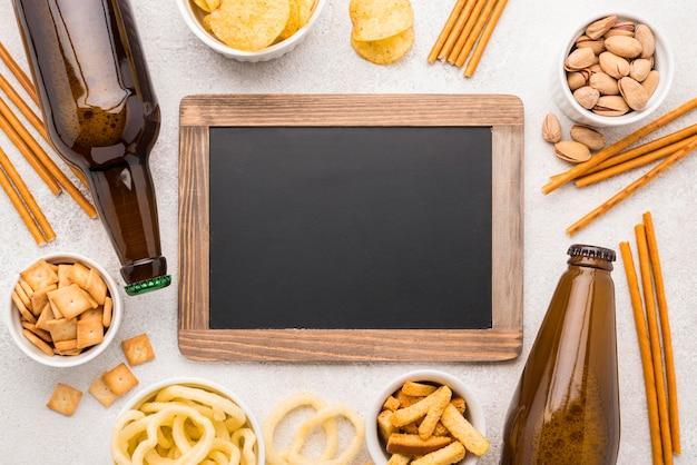 黒板とトップビューの食べ物とビール
