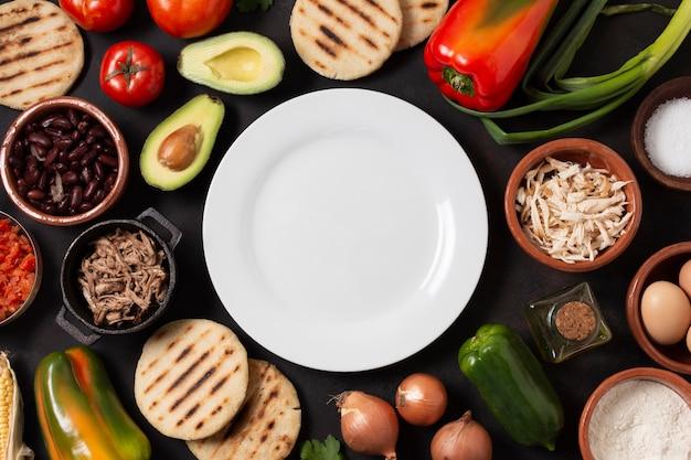 Ассорти еды вид сверху с тарелкой