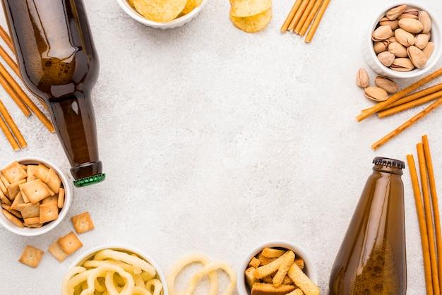 Cornice di cibo e birra vista dall'alto