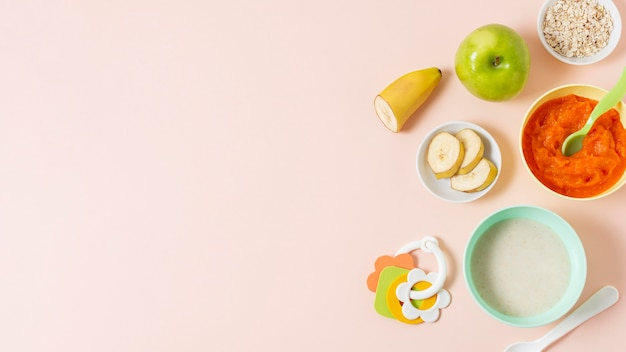 Пищевая рамка вид сверху на розовом фоне