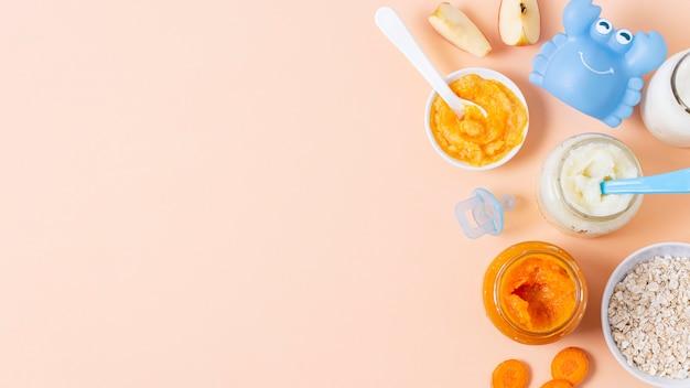 Cornice di cibo vista dall'alto con sfondo rosa
