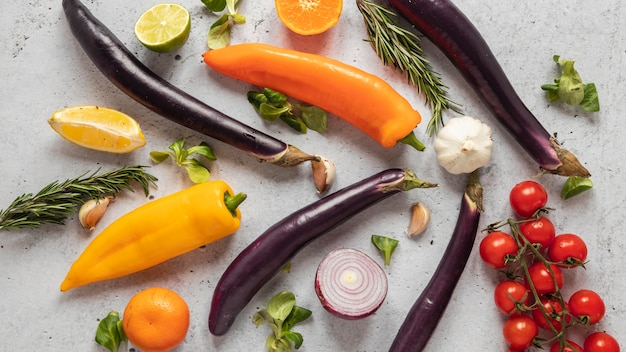Vista dall'alto di ingredienti alimentari con verdure fresche