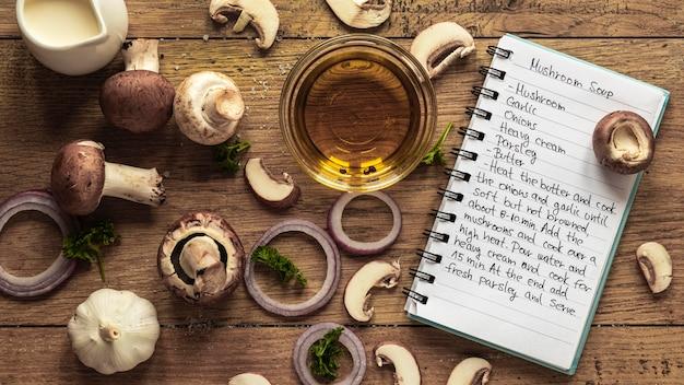 Vista dall'alto di ingredienti alimentari con funghi e olio