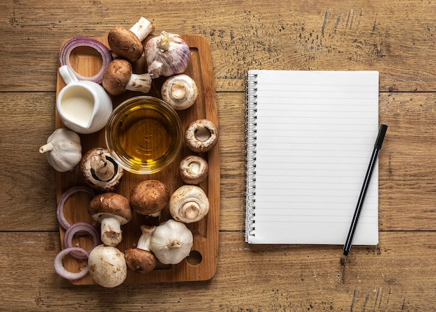 Vista dall'alto di ingredienti alimentari con funghi