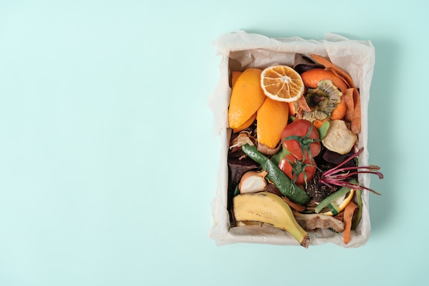 堆肥ビン、堆肥、野菜の皮の概念の上面図食品の残り物。持続可能なゼロウェイスト